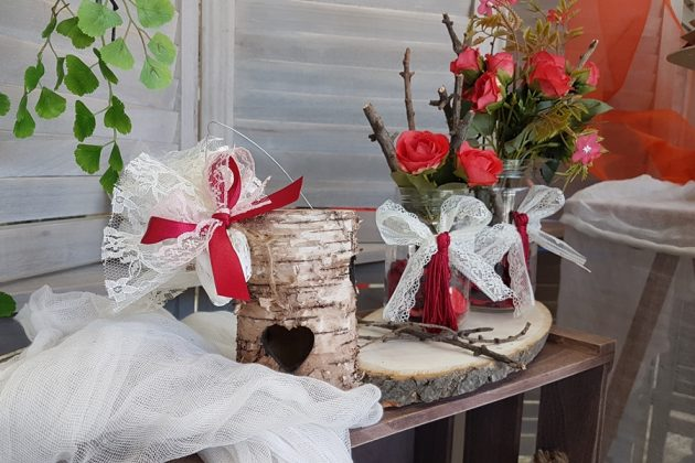 σύνθεση για τραπέζι ευχών με ρουστίκ κηροπήγιο, κορμό δέντρου και γυάλινα βαζάκια