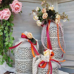 Λευκά μπαμπού φανάρια διακοσμημένα με κορδέλες και σωμόν λουλούδια