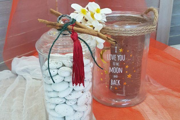 γυάλες διακοσμημένες με κανεέςλες και λευκά λουλούδια