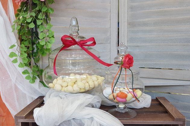 γυάλες σε διαφορετικά μεγέθη διακοσμημένες με κορδέλες, κορδόνια και μινι τριαντάφυλλα