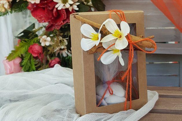μπομονιέρα κουτάκια με κανέλες και λευκά λουλούδια