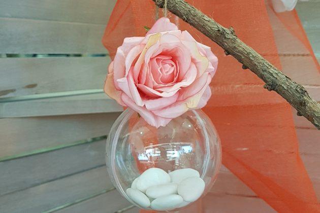 μπομπονιέρα διάφανη μπάλα με ροζ τριαντάφυλλο