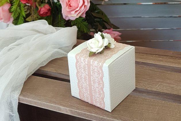 μπομπονιέρα με λευκό κουτί, μπεζ δαντέλα και μίνι λευκά τριαντάφυλλα
