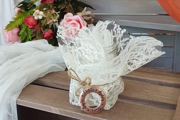 μπομποπνιέρα βαζάκι τυλιγμένο με δαντέλα και διακοσμημένη με μεταλλικό κρίκο