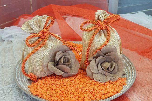 χρυσά-μπεζ πουγκιά με καφέ τριαντάφυλλο και πορτοκαλί σχοινί