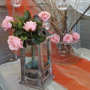 ξύλινο vintage φανάρι με ροζ τριαντάφυλλα και γυάλα με τριαντάφυλλα και κλαριά