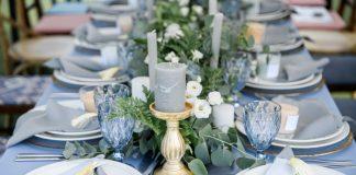 Χειμωνιάτικος γάμος: στήσιμο τραπεζιού με γκρι και μπλε αποχρώσεις