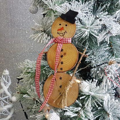 χιονάνθρωπος από ξύλινες ροδέλες