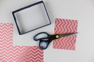 κουτάκι, χαρτόνι και ψαλίδι για παιδική κατασκευή