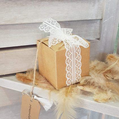 Χάρτινο οικολογικό κουτί με λευκή δαντέλα