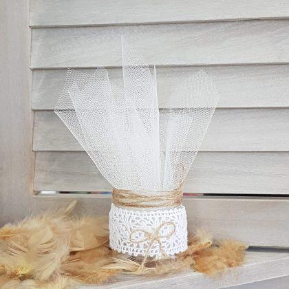 Τούλινη μπομπονιέρα μέσα σε βαζάκι διακοσμημένο με δαντέλα και φυσικό σπάγκο