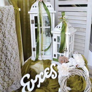 Λευκά φανάρια για στολισμό γάμου διακοσμημένα με λαδί κορδέλες