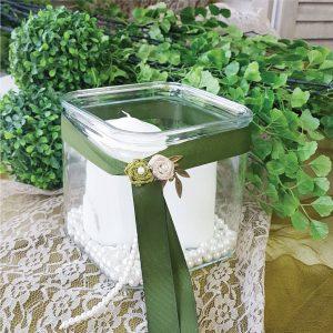 Διακοσμητική γυαλα για διακόσμηση γάμου, στολισμένη με παλδί κορδέλα, λουλούδια και λευκές πέρλες
