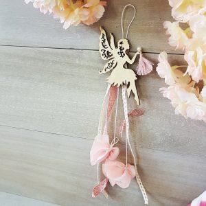 Κρεμαστή΄μπομπονιέρα με ξύλινη νεράιδα κορδέλες και ροζ δαντέλα