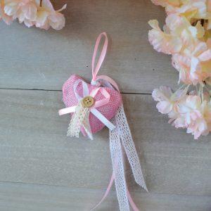 Κρεμαστή μπομπονιέρα με ροζ υφασμάτινη καρδιά και δαντέλα