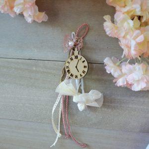 Κρεμαστή μπομονιέρα με διακοσμητικό ξύλινο ρολόι και κορδέλες