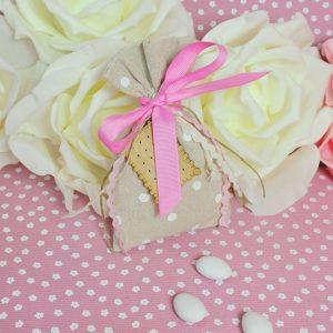Μπομπονιέρα γκρι με λευκά πουα διακοσμημένη με ροζ κορδέλα και ξύλινο μπισκότο