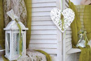 Διακόσμηση γάμου με φανάρια και καρδιές μπαμπού