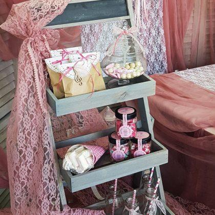 Διακοσμητικό ράφι για τραπέζι ευχών διακοσμημένο με δαντέλα στο χρώμα του σάπιου μήλου
