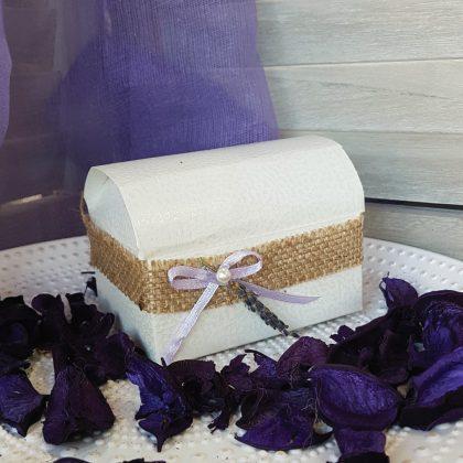 Μπομπονιέρα μπαουλάκι διακοσμημένη με λινάτσα