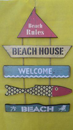 ξύλινες πινακίδες με θέμα την παραλία