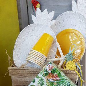 Διακόσμηση πάρτυ, πλαστικά χρωματιστά ποτήρια και πιατέλες ανανάς