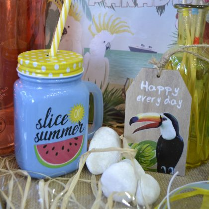 Διακόσμηση πάρτυ: μπλε γυάλινο ποτήρι και διακοσμητικό ταμπελάκι tropical