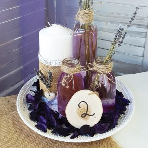 Center piece με μπουκαλάκια με λεβάντα και κερί διακοσμημένο με λινάτσα και λεβάντα