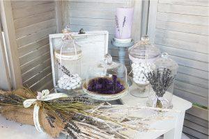 Διακοσμητική σύνθεση για το τραπέζι των ευχών με γυάλες, κλαδιά λεβάντας και κηροπήγια