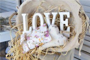 """Διακοσμητκή σύνθεση με καλάθι, μπομπονιέρες και ξύλινο διακοσμητικό """"love"""""""