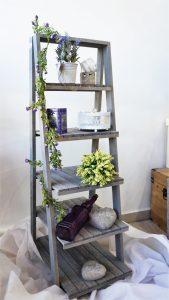 Διακοσμητική γκρι σκάλα με γλαστράκια και διάφορα διακοσμητικά στοιχεία