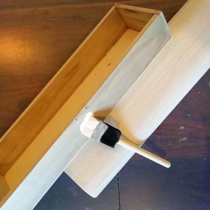αστάρωμα σε ξύλινο κουτί για λαμπάδες