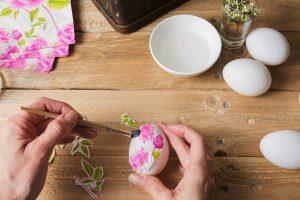 Πασχαλινές κατασκευές με ντεκουπάζ, εφαρμογή ντεκουπάζ σε λευκό αυγό
