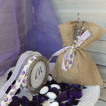Πουγκιά λινάτσα μπομπονιέρα με διακοσμητική λλεβάντα και φλοράλ κορδέλα