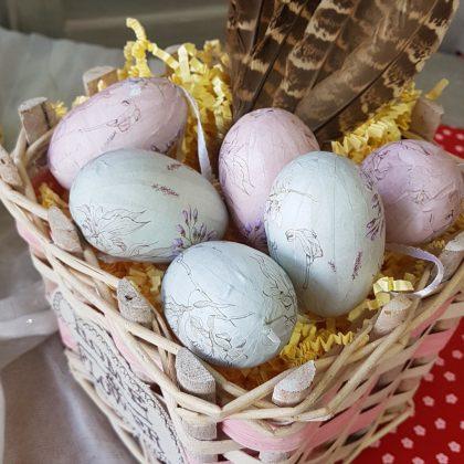 Χρωματιστά πασχαλινά αυγά σε καλαθάκι