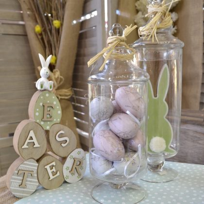 Αυγά σε γυάλινο βάζο για διακόσμηση τραπεζιού