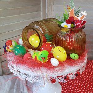 Πασχαλινή διακόσμηση με τουρτιέρα διακοσμημένη με αυγά και γυάλινα βαζάκια