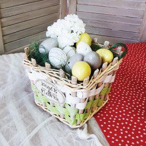 Πασχαλινά δώρα: σύνθεση με καλάθι και διακοσμητικά χρωματιστά αυγά