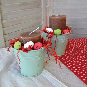 Πασχαλινά δώρα: σύνθεση με τσίγκινο κουβαδάκι, κεριά και χρωματιστά αυγά