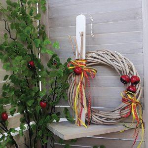 ΠΑσχαλινή διακόσμηση με στεφάνι απο μπαμπού κορδέλες και πασχαλίτσες