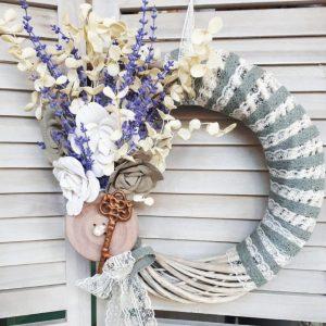 Πασχαλινή διακόσμηση με τεφάνι ντυμένο με ύφασμα και διακοσμημένο με λουλούδια και ένα διακοσμητικό κλειδί