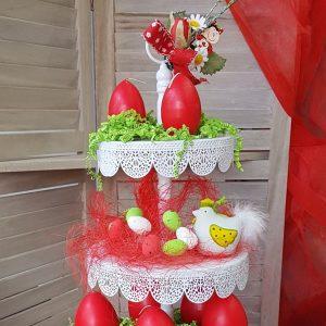 Πασχαλινή διακόσμηση με τουρτιέρα διακοσμημένη με αυγά και διάφορα πασχαλινά