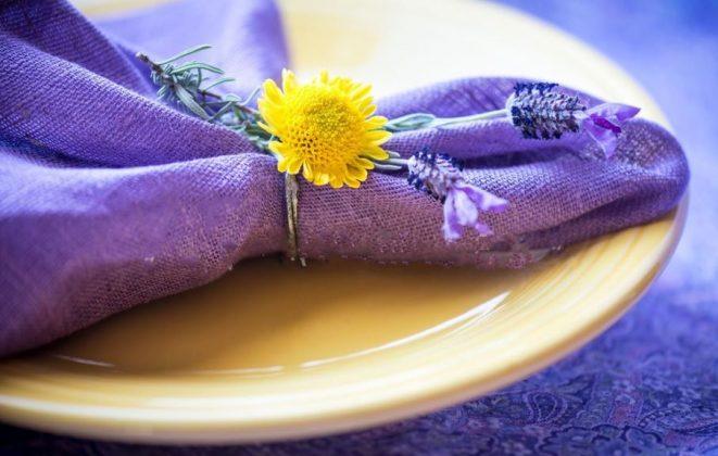 Σερβίτσιο με μπλε-μωβ πετσέτα και κίτρινο λουλούδι