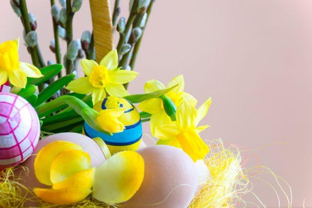 Σύνθεση με χρωματιστά αυγά