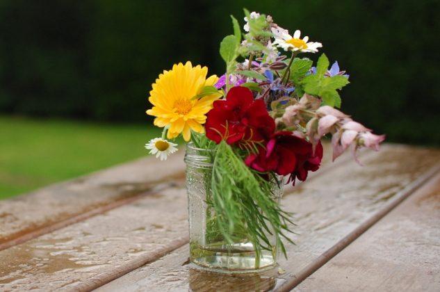 Σύνθεση με χρωματιστά λουλουδια για διακόσμηση τραπεζιού