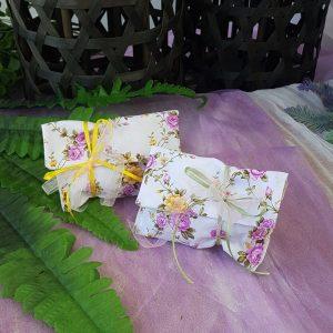 μπομπονιέρα με φλοράλ φάκελο και πολύχρωμες κορδέλες για φλοράλ βάπτιση