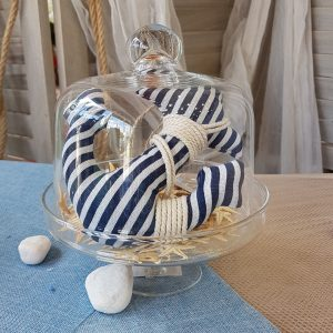 Γάμος με θαλασσινό θέμα, center piece με διακοσμητικό χόρτο και ριγέ υφσμάτινη άγκυρα