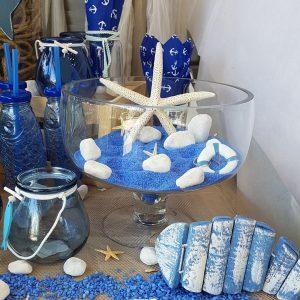 Γάμος με θαλασσινό θέμα, center piece με χρωματιστή άμμο και λευκές πέτρες