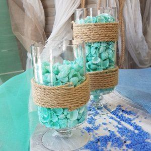 Γάμος με θαλασσινό θέμα, center piece με γυάλες γεμισμένες με κοχύλια και διακοσμημένες με καραβόσχοινο.