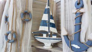 Γάμος με θαλασσινό θέμα ξύλινο καραβάκι
